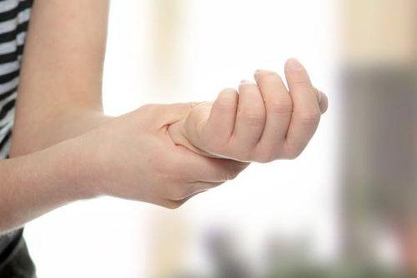 Руку нужно показать ревматологу