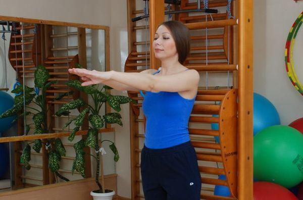 При ремиссии плечелопаточного периартрита упражнения выполняются стоя