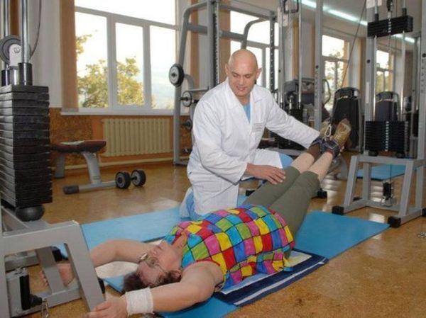 При острых болях упражнения делаются лежа на спине