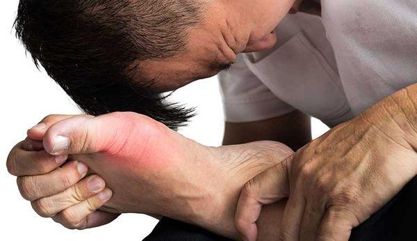 Заболевание сопровождается сильной болью в суставе