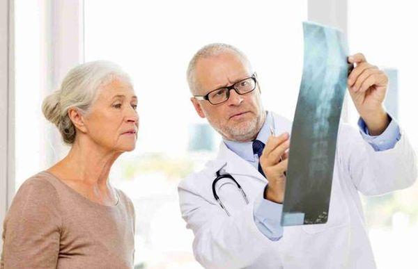 Клиническая картина болезни Бахтерева может быть разнообразной