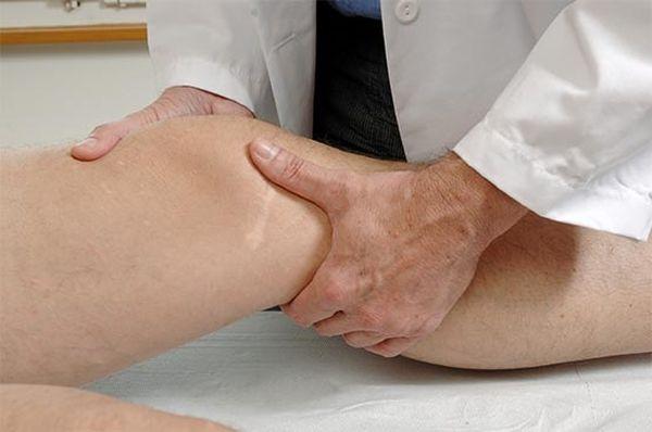 При первых признаках недуга нужно показать колено врачу