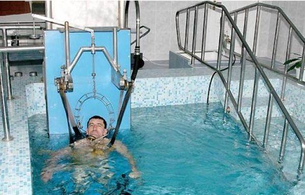 Вытягивание позвоночника в воде