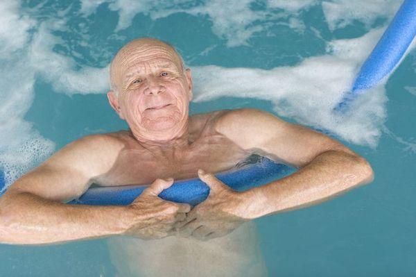 Комплекс упражнений для занятий в бассейне подбирает врач