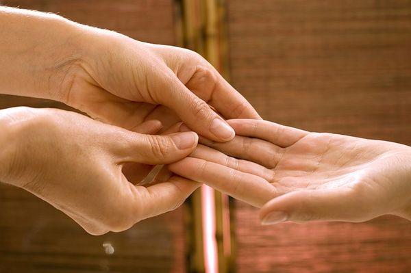 Гигрома на пальце руки: способы лечения и удаление