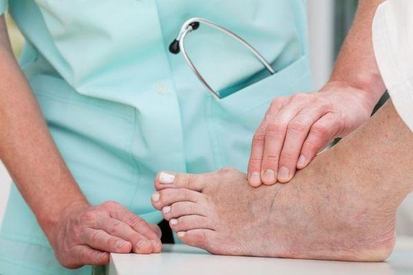 Врач диагностирует гигрому и назначает лечение